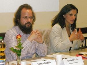 Michael Schütze moderierte den 8. Inländerstammtisch, bei dem Nebahat Güclü (rechts) referierte.