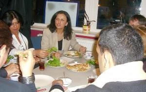 Nach der Veranstaltung konnten sich die Teilnehmer, wie hier Nebahat Güclü (Mitte), noch an einem köstlichen Büfett stärken.