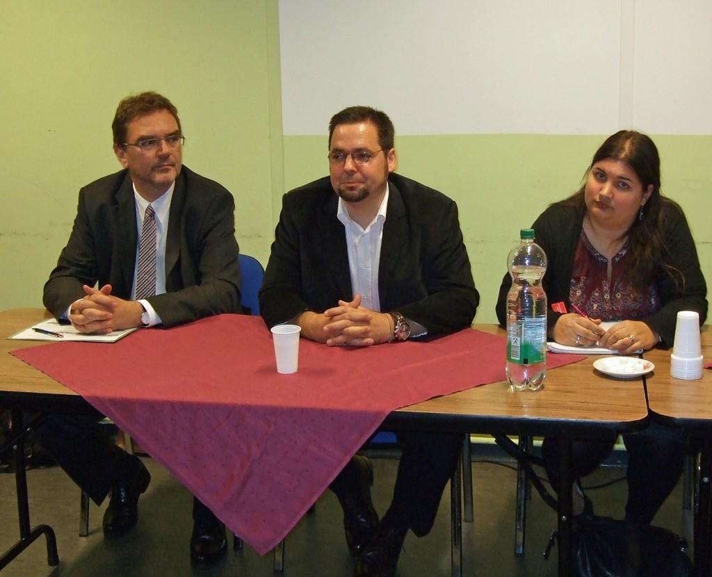 Bezirksamtsleiter Arne Dornquast, Integrationsbeauftragter Jorge Birkner und Simone Gündüz vom Inländerstammtisch